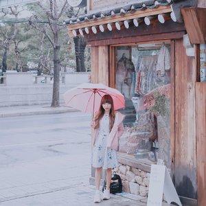 "Missing seoul already ! - Kayak rasanya dah d panggil"" d suru balik lagi, buat kesekian kaliannya 🤣 Btw ini ujan beneran gesss. Jadi ga gegayaan pake payung. Cuma ya ga deres ujannya, dingin 4 drajatnya yg lebih kerasa 🥺 - Ini ceritanya lagi nungguin @holyhaein 🙈 Mau jalan bareng gt #PLAK ! . . . #clozetteid  #tephtraveldiary  #seoul  #seoulkorea  #seoultravel  #southkorea  #throwback  #earlyapril2019 #southkorea #springtravel #cherryblossom #southkoreatravel #travelblogger #travelgram #happytravel #asiatravel"