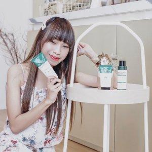 """One of my wish list checked ☑️-Been a long time,I wish to try @somebymi products. This brand is quiet famous in Indonesia last year. Because of their 30days miracle toner. Finally, this year I can try it out 🙈-@somebymi send me their best products, special for oily and acne skin :MIRACLE ACNE CLEAR FOAMFacial foam dgn texture yg cukup kental dan pekat. Memiliki kandungan tea tree yg bagus untuk mengontrol minyak dan mengurangi peradangan jerawat. Facial foam ini disertai dgn sensasi """"mint"""" dingin, untuk membantu mengurangi produksi minyak di kulit. I RATE IT 3/5 🍃-Buat kulit sensitive, coba d cek lagi yah. Soalnya kalo spt kulit aku yg ga bs dgn kandungan mint, bisa lgsg merah"""" setelah pakai. Memang teksturnya lengket gitu, tapi setelah di bilas lgsg halus dan keset. Cocok buat oily and acne prone skin 👏🏻 TRUECICA MINERAL 100 SPF 50+ PA +++Buat kalian yg concern dgn masalah acne boleh buat cb sunscreen ini. Teksturnya lembut, cepat meresap di kulit, tidak lengket, tidak buat kulit jd kering, dan tidak ada warna. Di dlm sunscreen ini ada kandunga tea tree yg jg bagus untuk kulit acne dan oily.-Skin type lain gmn?Buat kalian yg normal dan sensitive bisa cobain sunscreen ini. Tidak ada kandungan mint yg bs buat muncul kemerahan. Tapi tlg d ingat buat yg ada alergi dgn mineral. Suncreen ini ada kandungan mineralnya. I RATE IT 5/5 🍃MIRACLE TONERIni adl toner paling hits taun lalu. Aku excited banget wkt cobain toner ini. Teksturnya ringan spt air, tdk lengket, mudah menyerap d kulit dan tidak lengket sama sekali. Bahkan bs d g bener"""" seperti air.-So far,toner ini ga kasi bad side effects sih d kulit aku. Efek yg d tunjukkan lebih ke kulit lebih bersih dan produksi minyak jd terhambat. Kalo d blg ini toner yg bs buat 30hr kulit mulus. Aku ga bs buktiin ☹️ soalnya kulit aku mmg bukan tipe yg berjerawat parah ato srg ada jerawat gt. Kalo breakout, bs reda sih dgn toner ini. Tapi untuk jerawat besar aku blm pernah bener"""" membuktikan. Maybe next time I'll give you my final re"""