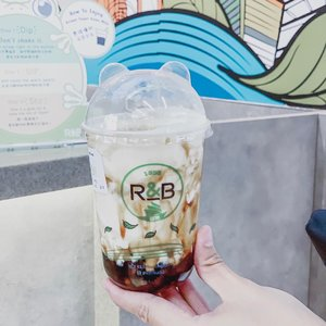 Finally !R&B 巡茶's Brown Sugar Boba Milk with Cheese Brûlée is here 😍...#clozetteid #tephtraveldiary #r&btea#rnbtea #rnbteasingapore #bobabrownsugar #brownsugarmilktea #cheesetea #singaporedrinks #singapore #exploresingapore #singaporefood #singaporeeats #singaporetravel #bobadrinks #singaporefoodies #blogger