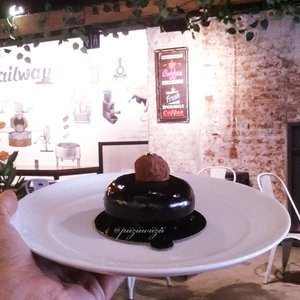 """I'm having a great Morning Coffee session..This small cake is super delicious. There's a lot of surprise taste when you eat it. Pair it with """"*Japanese Cold Brew*"""" to make it super tasty....🍰 Dome Aux 💰 Rp 30.000📌 @railway.coffee ..#clozetteid #lifestyle #food #fotd #foodgasm #foodporn"""