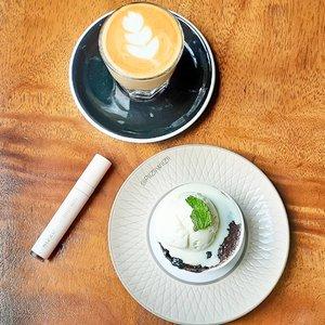 Maav sayah lagi di kejar dedlen.. wkwkwkwk. Sayah punya utang support. Santai yakk wkwkwkwk..Ada yang cape dan lelah kejar dedlen juga kah???..Kalau cape gini teh suka pengen yang manis-manis dan bikin mood naik. Asheeehhh....Kayak lipen dari @mizzucosmetics yang punya scent coffee latte yang niqmad dan manis. Daannn yang paling penting bisa jadi mood booster uhhh.....Tencuu@bandungbeautyvlogger #1stanniversarybbv #bandungbeautyvlogger .#Clozetteid #beauty