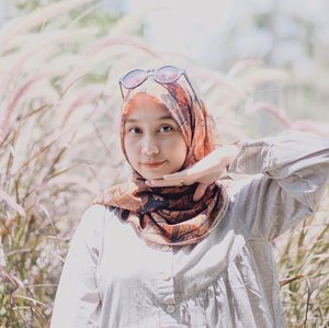 My #SELFPOTRAIT 🤪Gaya menopang dagu. Btw lagi pake scarf dari @pelangiasmara.id super cintaaa sama motifnya so classic �🤩.#clozetteid