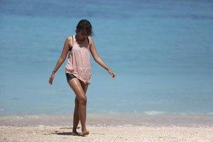 Berjalan di tepi pantai, tertiup angin berhembus 🎶🎶🎶 ..#yousingyoulose #clozetteid