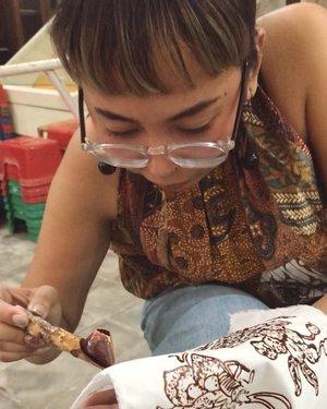 Lagi serius mbatik, jangan digangguin 🤫🤫..Ternyata seru juga main ke Museum Batik, selain bisa kenalan dgn beragam batik, ehh dpt kesempatan buat belajar bikin batik, mulai dari batik cap sampai gambar pakai canting. Pantes harga batik tulis mahal-mahal, trnyta buatnya emang susah dan harus penuh kesabaran 😂😂😂..#clozetteid