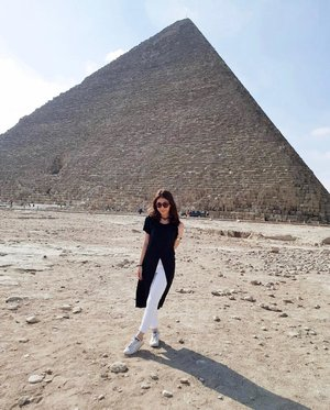 One of the seven wonders of the world; the Great Pyramid at Giza, Egypt✨ • • • • • #travel #travelblogger #travelgram #clozetteid #gracegirsanggoesaroundtheworld #traveling #travelholic #egypt #pyramids #pyramidsofgiza
