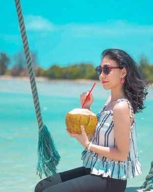 sun, sea, sand, and coconuts. ☀️🌴🥥 • • • • • #lightroom #vacation #vscocam #holiday #beach #clozetteid #pariisland #pulaupari
