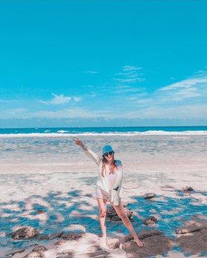 🗓Udah punya plan mau kemana pas long weekend? 🤔Kalau kalian mau ke pantai, ini waktu yang tepat karena cuaca nya lagi cerah-cerah nya ☀️☁️💁🏻♀️Sedikit tips buat yang mau liburan ke pantai:☀️ Bawa Sunscreen/Sunblock yang SPF nya lumayan tinggi buat menangkal radiasi sinar UVA dan UVB.🕶 Bawa Kacamata Hitam🧢👒 Bawa aksesoris kayak topi pantai atau baseball cap juga boleh👙👚 Pake baju ternyaman, dan kalau boleh yang warna nya cerah ✨👟 Pake atau bawa sendal jepit 🆘 Bawa kotak P3K atau minimal plester ama obat luka, in case kaki nya gak sengaja nginjak benda tajam di pantai🍢🍹Pasti nya bawa makanan dan minuman secukupnya~🔋🔌 Baterai cadangan atau power bank kalau yang hobi nya foto-foto kan, karena di pantai baterai pasti lebih cepat habis, selain handphone nya kena sinar matahari memicu handphone buat cepat panas, buka kamera/apps foto lumayan menyita baterai 😝🤣Sekian sedikit tips kilat buat kalian yang punya plan buat liburan ke pantai~☀️🌊 Happy long weekend! 👒🏖...#beachday #bapontarsulut #amazingsulut #summervibes #sunscreen #cosrx #cosrxindonesia #clozetteid