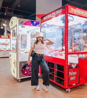 Siapa disini yg senasib ga pernah dapet boneka kalau main claw?☝️ . . .  #ootdlidya #ootd #outfits #fashion #outfitinspiration #style #outfitoftheday #clozetteid #outfitideas #streetstyle #fashionstreet #ootdstreet #explorejakarta #jakartafashion #bookstore