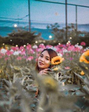Aku ditengah bunga-bunga 🌻🌸 ..#ootd #ootdlidya #outfits #fashion #bandung #parisvanjava #outfitinspo #outfitinspiration #fashionstyle #style #pvjbandung #clozetteid #indobeautysquad #flowers #sunflowers #explorebandung