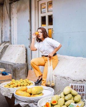 Jangan lupa makan buah ya hari ini.. Btw kemaren aku explore daerah Pasar Baru dan waktu masuk-masuk gang nemu tukang buah yg kelihatannya seger bgt! Alhasil sekalian belanja sekalian numpang foto deh.. Ini yg aku suka dari Jakarta! Banyak gang nya tp ketika km explor kamu bisa menemukan dan mempelajari hal-hal baru.. .@ayladimitri @_kramakala #ootdlidya #ootd #outfits #fashion #outfitinspiration #style #outfitoftheday #clozetteid #outfitideas #streetstyle #fashionstreet #ootdstreet #explorejakartawithayladimitri #explorejakarta #jakartafashion