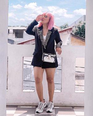 #ootd mau masak 😎 . .  Ga deng! Lg iseng explore kosan yg sempit dan lahan balkon seiprit.. . . .  #ootdlidya #clozetteid #quarantineoutfit #fashion #style #blazer #streetfashion