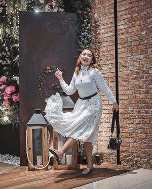 𝑴𝒂𝒓𝒊 𝒔𝒆𝒎𝒖𝒂 𝒅𝒂𝒏𝒔𝒂 𝒅𝒆𝒏𝒈𝒂𝒏𝒌𝒖. 𝑫𝒆𝒌𝒂𝒑 𝒂𝒌𝒖 𝒅𝒂𝒏 𝒉𝒂𝒏𝒚𝒖𝒕𝒌𝒂𝒏𝒌𝒖.  Eits jujur siapa yg baca caption sambil nyanyi? 😄 . .  #ootdlidya #ootd #outfits #fashion #outfitinspiration #style #outfitoftheday #clozetteid #outfitideas #streetstyle #fashionstreet #ootdstreet #explorejakarta #jakartafashion