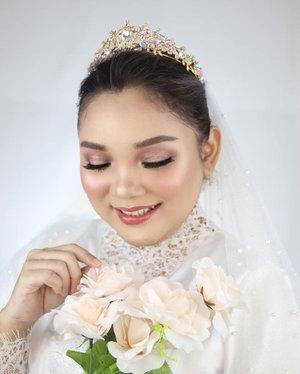 Gatau mau post yang mana.. cakep semua.. suka banget hasil makeup nya @yuliafirstian   .  Btw dia buka makeup class loh cus kontak dia aja @yuliafirstian_mua   . .  #motd #makeup #makeupartist #weddingmakeup #whitewedding #beauty #clozetteid #indobeautysquad