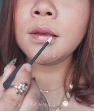 Bibir sexy ala Hanum 🦄 .  Siapa disini yg udah cobain lips bundle nya @mineralbotanica x @hanummegaa ? .  Aku suka ternyata warna merah nya cantik bgt dan cocok di bibir aku. Aku jarang pakai lipgloss btw tp pas nyobain lipgloss ini langsung cinta krn glossy tp ga lengket ! Good job Hanum! . . .  #lidyareview #mineralbotanica #micaxhanum #motd #makeup #lidyamakeup #beauty #indobeautysquad #beautyenthusiast #makeuptutorial #lipstick #makeupvideos #videomakeup #clozetteid #makeupoftheday #beautybloggers #beautyvlogger #lipgloss