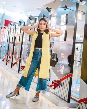 Gatau ini gaya apa.. antara gaya pusink sama gaya cilukba 🤔 .  Btw kemarin nemu di lemari rumah dress zaman baheula yg uda ga muat lg kalau di kancing, alhasil dijadiin outer aja.. oia ini bisa jd hack fashion kalian jg ya. Kalau punya kemeja atau dress yg kancing/resleting jgn dibuang, pakai aja sebagai outer 👍🏻💗 . . .  #ootdlidya #ootd #outfits #fashion #outfitinspiration #style #outfitoftheday #clozetteid #outfitideas #streetstyle #fashionstreet #ootdstreet #yellowoutfit