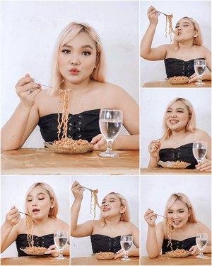 Selamat berbuka puasa teman-teman online ku 💖 ..#ootdlidya #photoshootathome #dirumahaja #mieinstan #noodle #clozetteid #lidyamakeup