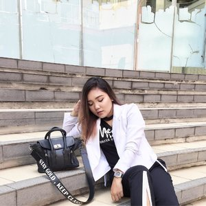 Ootd kemarin... . . .  T-shirt nya kembaran sama temen-temen Moana Militan aka @sorayahylmi yg aku DIY lagi jd choker t-shirt,, .  White jacket from @berrybenka . . . .  #ootd #outfitoftheday #fashion #fashionstyle #blackandwhite #monochrome #berrybenkalook #meandberrybenka #fashiongram #clozetteid