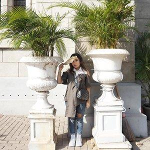 Dari kemaren hawa nya dingin banget.. kalau lg sering hujan gini jadi kangen matahari ☀️ . . .  #latepostootd #ootd #outfitoftheday #latepostoutfit #sun #sunbright #sunlight #fashionenthusiast #fashion #fashionstyle #lookbookindonesia #ootdindo #lookbook #clozetteid
