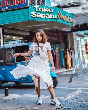 crowded background combine with all white outfit . . .  #ootdlidya #ootd #outfits #fashion #outfitinspiration #style #outfitoftheday #clozetteid #outfitideas #streetstyle #fashionstreet #ootdstreet #explorejakarta #jakartafashion