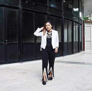 Match with background 🖤 .  White jacket from @berrybenka . . .  #ootd #vsco #berrybenka #meandberrybenka #berrybenkalook #outfitoftheday #fashion #fashionstyle #monochrome #monochromestyle #lookbook #lookbookindonesia #ootdindo #fashionblogger #fashionenthusiast #clozetteid