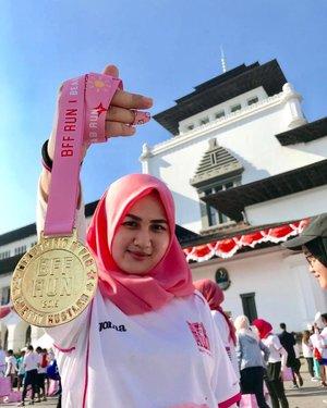 My very first (gold) run medal 😆😆🙈🙈..BTW INI BISA DIGADEIN KAGA SIK? #mamakpegadean #sociollabffrun2019 #fotdibb #bbloggerid #indobeautygram #clozetteid #fdbeauty #indonesianbeautyblogger #BPers #Beautiesquad #bloggerceriaID #bloggerceria #bloggerperempuan #fotdibb #indonesianfemaleblogger #beautybloggerID #bblogger #bloggerjakarta #femalebeautyblogger #indonesianfemalebloggers #hijabblogger #hijabblog #bloggerhijab #hijabstyle