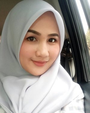 "Mau ngasih tau aja, bahwasanya untuk mendapatkan natural looks teteup butuh make up kok shay. . . Jadi kalo kamu bilang ""aku tu sukanya penampilan yang nacureeell"" - tolong dicatet list mek apnya yah. Penampilan natural bukan berarti pake dedaunan 🍃🍃🍂🍂 . . Make Up Details: 👩Complexion 👁 Eyes 💄Lips  #fotdibb #bbloggerid #indobeautygram #clozetteid #fdbeauty #indonesianbeautyblogger #BPers #Beautiesquad #bloggerceriaID #bloggerceria #bloggerperempuan #fotdibb #indonesianfemaleblogger #beautybloggerID #bblogger #bloggerjakarta #femalebeautyblogger #indonesianfemalebloggers #hijabblogger #hijabblog #bloggerhijab #hijabstyle"