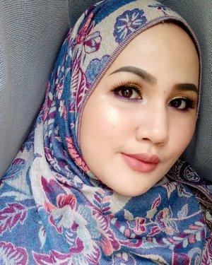 Coba-cobi kompilasi eyeshadow gold - biru electic, yang ternyata efeknya bikin warna mata jadi lebih 'nyoklat'. Make Up Details: 👩Complexion Lakme Classic Foundation 👁 Eyes Biru - Sariayu eyeshadow Gold - Juvias Palette, PAC Gold Liner 💄Lips Mustika Ratu Lipcream  #fotdibb #bbloggerid #indobeautygram #clozetteid #fdbeauty #indobeautyblogger #indonesianbeautyblogger #BPers #Beautiesquad #bloggerceriaID #bloggerceria #bloggerperempuan #fotdibb #indonesianfemaleblogger #beautybloggerID #bblogger #bloggerjakarta #femalebeautyblogger #indonesianfemalebloggers #hijabblogger #hijabblog #bloggerhijab #hijabstyle #hijaboutfit #hijabclubindo  @indobeautyblogger @bloggerperempuan @femalebloggersid @bloggerceriaid