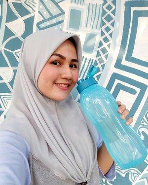Olalaga tipis-tipis sore ini ditemenin @tupperwareid Eco Bottle 1,5 L terbaru 😆😆..Taukah kamu apa saja manfaat minum air putih?..💧Bikin kulit lebih glowing! Sarah Smith (slide 3) mengubah gaya hidupnya dengan rutin minum 3 liter air setiap hari. Yang tadinya kalau pagi minum kopi/teh, Smith menggantinya dengan minum air. Hasilnya setelah sebulan kulitnya terlihat lebih halus dan glowing 😍..💧Lebih sehat! Punya masalah berat badan? Coba minum 1 gelas air putih sebelum makan supaya lebih mudah kontrol nafsu makannya. Punya masalah sulit BAB? Banyak minum air putih ternyata membantu 'melubrikasi' usus sehingga lebih mudah saat pup...💧 Lebih hemat! Jajan es kopi susu 20.000an , jajan boba bisa lebih mahal lagi 🙈 sementara minum air putih kemasan tuh lebih murah lho 😁..Tapiii daripada beli air minuman kemasan yang sampahnya kurang baik buat bumi yuk coba #PakeTupperware supaya meminimalisir sampah namun tetap terhidrasi. Eco Bottle ini bentuknya ergonomis sehingga mudah digenggam, dan punya Flip Cap yang mudah saat dibuka atau ditutup. ..Beli #EcoBottle1,5L di tlc.tupperware.co.id atau beli langsung di Sales Force resminya Tupperware ❤..#clozetteid #clozetteidreview..#fotdibb #bbloggerid #indobeautygram #clozetteid #fdbeauty #indobeautyblogger #indonesianbeautyblogger #BPers #Beautiesquad #bloggerceriaID #bloggerceria #bloggerperempuan #fotdibb #indonesianfemaleblogger #beautybloggerID #bblogger #bloggerjakarta #femalebeautyblogger #indonesianfemalebloggers #hijabblogger #hijabblog #bloggerhijab #hijabstyle #hijaboutfit #hijabclubindo @indobeautyblogger @bloggerperempuan @femalebloggersid @bloggerceriaid