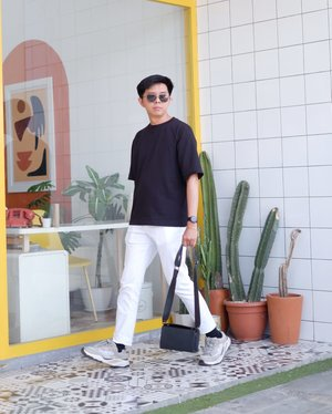 BW style for me is interesting color combination and, an easy way at the same time. I do not need to think for long. In this photo, I want to give an inspiration for you guys how to make a casual look with BW style. I swear this is really comfy. Oversize t-shirt is from Uniqlo, white pant from H&M, sneakers from Pull & Bear, crossbody bag from local brand - Regie, and for the accessories - sunglasses - from Bridge Eyewear.