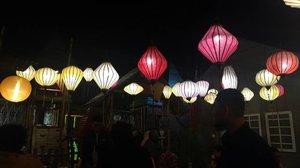 Lights will guide you home~  Masih di #chinatownbandung swipe buat kepoin sneak peaknya ya! Sesungguhnya di sini ga terlalu banyak motoin sekitar & foto2 juga akibat kekenyangan😂😂 Buat yg pengen foto proper ada sewa kostum, makeup & difotoin sekalian yg ada lightingnya. Jd tetep kece ciyn!  Selain banyak spot souvenir, jajanan, dan permainan, yang paling menggoda adalah tempat spanya. Sayang udah kemaleman. Padahal endeus kali kayanya yah @mutiaranr12 ?  #visitbandung #explorebandung #ggrep #clozetteid #ifatraveldiary