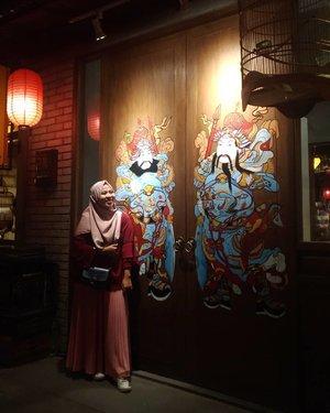 Pas main ke Bandung kemarin sempet mampir ke salah satu tempat wisata baru yg lagi hits, #chinatown Bandung. Tips aja sih buat yang mau foto-foto kece better dateng pas masih sore atau siang. Kecuali bawa kamera kece ya. Kalo malem enaknya lebih menikmati suasananya aja. Ngemil-ngemil santai sambil nonton live music 🎶 ��� . 💰: 20k weekend. 10k weekday. Bonus souvenir. . . . #ifatraveldiary  #clozetteid #ggrep #chinatownbandung #visitbandung