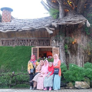 My colorful sis & mom 🌈.📷: bangabang farmhouse#ifatraveldiary #explorebandung#clozetteid