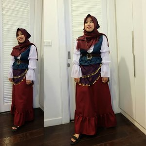 Masih anget banget di blog, gengs!Kalau disuruh nyari outfit pesta kostum buat berhijab tapi di luar princess2an dan bukan tema2an kaya great gatsby dkk kalian bakalan pilih apa?Di blog #imusyrifahdotcom udah ku rangkum 3 rekomendasi outfit pesta kostum buat ciwi-ciwi berhijab. Link aktifnya di bio yahh😊💖 http://bit.ly/Outfitpestakostumhijabers#fashion #ggrep #ifaootd #fblogger #approvedbyifa #outfitinspo #pestakostum #modestfashion #clozetteid #ggrepfashion