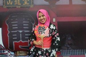 Seruuuu banget si acaranya. Kudu banget ke sini gengs!Btw ini yukata apa kimono ya namanya? Bingung aku tuh. OTSnya 40k bisa keluar masuk ko asal dicap. Buat sholat biar nyaman better di fx aja yah! Naaah kalo besok ada @raisa6690 sama @isyanasarasvati😍Hihiw @jktjapanmatsuri day 1 ditutup sama performnya @andienaisyah & @akb48 Suppa duppa cool performance🎶💖💖.Banyaaak banget makanan, enak dont worry gengs! Mesti coba banget octopusnya!! Buat yang suka souvenir jejepangan or anime juga banyak koo! Tinggal dipilih-dipiliih. Btw cash only yaah.Perut kenyang, hati senang deh! Banyak games seru pula! .Had so much fun today. See ya tahun depan!😎 @jktjapanmatsuri.#JakJapanMatsuri2018 #IndonesiaJapanMusicFestival#AKB48 #approvedbyifa #ggrep #clozetteid