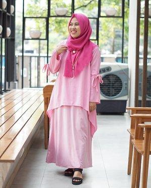 #newblogupdate  Selamat sore & selamat berbuka puasa sebentar lagi! Btw sambil nunggu buka, di blog #imusyrifahdotcom ada postingan fashion terbaru tentang padu padan outfit bernuansa pink buat tampilan sweet & feminine. Dan sedikit tips pakai outfit polos.  Kalo aku sih favorit banget warna pink. Kalau kau? Mari mampir & sharing padu padan outfit versi kamu!😊 . . . #bloggerperempuan #clozetteid #femalebloggersid #ihblogger #hijabblogger #indonesianfemalebloggers #fashionblogger #myeverydaymks #ootdifa
