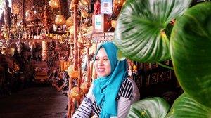 Lagi mikir enaknya ngepost foto yang mana duluan yah? 🤔🤔🤔...📍: di sebuah pojokan tempat oleh2 di @pattayafloatingmarket 🚣🚣📷: @larasatinesa....#ggrep #ifatraveldiary #ifabangkoktrip #visitbangkok #hijabtraveller #explorethailand #pattayafloatingmarket #clozetteid #bangkok🇹🇭