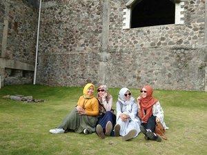 Santai sore ala-ala di rerumputan gemas depan kastil bareng the sisters jogja bond 🍃 . . #visitjogja  #ifatraveldiary  #ifajogjatrip  #thelostworldcastle  #ggrep  #clozetteid #explorejogja