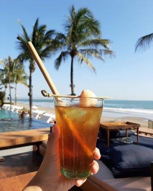 Mood: minum lychee tea di pinggir pantai sambil leyeh-leyeh🏝.Btw sedikit tips agar supaya tidak otw misqueen kalo ke beach club: cabut sebelum jam 5. Karena bengong-bengong sambil rebahan pas sunset itu mahal. Ya tapi cantik banget sih pasti😂🤣......#thebalibible #balibible #ifatraveldiary #ifabalitrip #ClozetteID #ggrep #potatohead #explorebali #ifafoodjourney #balilife #potatoheadbeachclub #hijabtravellers #foodgram