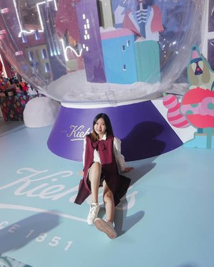 The snow globe behind me, you can play and takes un-ending boomerang inside, believe me HAHA. Swipe left, you'll see this super cute installation only at @kiehlsid Holiday Celebration until tomorrow, 30 Nov '19. You can also get some free products just by sharing your moments here, skin-check & free consultation! 🎁🎉____#KiehlsHoliday  #KiehlsID  #KiehlsxClozetteID #ClozetteID @clozetteid