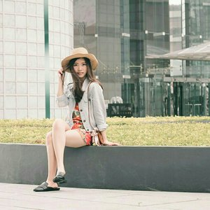 Me, In front of this commercial Millenia Tower with 41-storey skyscraper at Marina Centre. Quite amazed that all units have panoramic views of Singapore. 🌆❤ (featuring mi current fav hat from @minisosg ) #kersootd #kerinsg #clozetteid