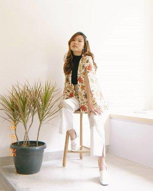 Liat foto ini, jadi keinget Sabtu2 lalu.. Tiap jam 7 pagi udah ready, make-up on, pergi ke studio buat foto batik catalogue. Jumlahnya puluhan bahkan kadang ratusan.. I need to regain that energy,  please. Hustle hard 😂😂💪 📷: @yoelseptianto . . . . . #model #batik #indonesia #heritage #ootd #photography #studio #shoot #style #styleblogger #blogger #fashion #instagood #likeforlike #clozetteid #love #passion