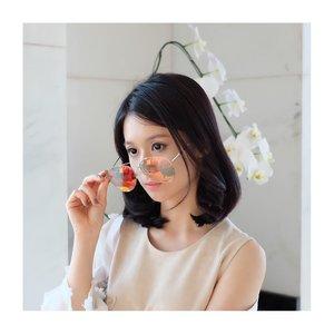 Look at my new sun glasses.. It looks transparent! But it's not!  @vedivero 😘😘 I find this at @sunglassplanet . . Kalau ga kena UV, warnanya rainbow transparent, so aku bisa pake didalam ruangan. And begitu aku bawa keluar, kacamatanya jadi berwarna gelap.  You must have one! 😘😘😘 . . #sunglasses #vedivero #lookbook #charisceleb #clozetteid #lookbookindonesia #cantikallout