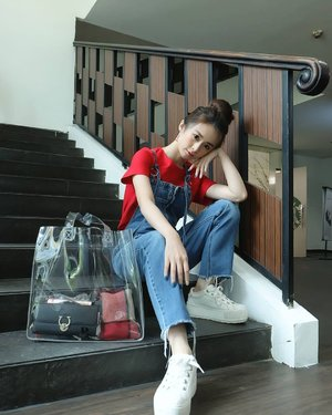 Happy holiday...  Ternyata dari jaman dulu, @lintardokings udah berkontribusi atas photo2 aku. Senangnya we have you andi...  Our Fido Dido  Jeans by Twiin @styletheoryid  Transparant bag @pomelofashion  #clozetteid #ootdstyle #ootdindonesia #styletheoryid