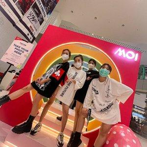 "Akhirnyaaa FASHION SHOW juga ama @withovisa @vm_3596 and @steviiewong   Thank you for the opportunity @punk.label and @mallofindonesia   Penontonnya banyak, sound systemnya bagus, stagenya meriah dan senengnya designer kita di appreciate dengan dikasih ""bunga"" and ""boneka""  #mallofindonesia #fashionshow #clozetteid #pomelogirls"