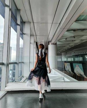 Kira2 wanita diphoto ini lagi senyum atau lagi sedih ya?   Hayoooo...  Dress @enigmanifesto Shoes @skechersidn  Bag @chanelofficial   #ootdstyle #ootdindokece #ootdindonesia #ootd #clozetteid #stylefashion #styleinspiration #styleblogger