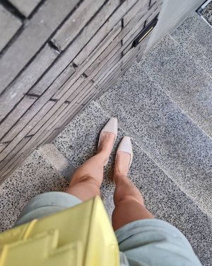 Anyeong Ruby Shoes from @ncyshoes Sepatu sendal yang lagi sering aku pake ahahahhaa 🤣🤣 kl sering liat IG story aku pasti sering bgt neh liat item ini ya...Hal sepatu ini padahal pendek lho.. tp sepatu ini berhasil bikin kaki pendek aku terlihat kurus and panjang...Local brand makin lama makin 🥰🥰🥰🥰#ootdsilviamuryadi #ootdstyle #ootdindokece #ootdindonesia #clozetteid #fashionstyle #fashionblogger