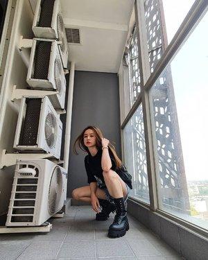 Local brand kesayangan Aku. Soalnya ada cewe dicepol trus agak acak2an kayak aku ehehehe...  T-shirt @wearorlin  Black boots @bershka @mapfashion   Tuh liat.. Oversize tshirt polos gini bakal jadi luchu hanya dengan sentuhan warna warni and statement boots kan.. 😍😍😍😍  #ootdsilviamuryadi #ootdindokece #ootdid #ootdindo #stylefashion #styleinspiration #fashionstyle #fashionblogger #clozetteid