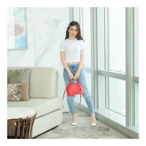 "My Pearl Jeans by @hellolilo x @mmehuillet akhirnya sudah sampai!!! Ada cerita dikit tentang jeans ini... Hari ini adalah waktu me and Jojo. Finally bisa keluar di siang hari. Awalnya aku dah ready dengan dress putih... But, Koko Jojo request ""Boleh ga yang simple tapi chic gitu aja, dress putihnya ribet bgt, fluffy2, aku ga suka"". Akhirnya aku pakai celana ini, with white simple tshirt and RED bag.. And... KO JOJO suka banget! Sampe dia mau aja bantuin aku photo. Biasanya kannn... hemmm... ada juga aku diomelin.. Katanya ""Jeansnya simple tapi SESUATU, looks Cool and Pretty in the same time""  #ootd #outfitoftheday #instastyle #stylefashiondaily #fashionaddict #bloggerstyle #ookbook #lookbookindo #ootdindo #ootdmagazine #styleblogger #fashionpost #styleinspiration #dailystyle #clozetteid  #셀스타그램 #팔로우 #오오티디 #패션 #데일리 #일상 #데일리 #whatiwore #ootdmagazine #exploretocreate"