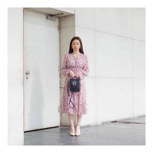 Hari ini aku jadi onnie onnie 😋😋😋 Gegera vintage dress from @kaichshope jadi serasa lebih kalem  Aku dari dulu pengen punya baju gini tp belum pernah nemu. Baru kali ini aku dpt yang moodnya tepat.. Gimana2? Aku keliatan kayak onnie2 korea yang mature enough?? 😆😆😆 .  #ootd #outfitoftheday #instastyle #styleblogger #fashionpost #styleinspiration #dailystyle #ggrep #tampilcantik #flowerdress #dress #ootd #style #clozetteid #셀스타그램 #팔로우 #오오티디 #패션 #데일리 #일상 #데일리 #whatiwore #ootdmagazine #exploretocreate