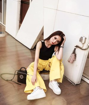 Yellow and black luchu juga 😍😍 . . .  #ootd #ootdindo #outfitoftheday #instastyle #stylefashiondaily #fashionaddict #bloggerstyle #lookbook #lookbookindo #ootdmagazine #styleblogger #fashionpost #styleinspiration #dailystyle #clozetteid #ShoxSquad #outfitsociety #vsco  #셀스타그램 #팔로우 #오오티디 #패션 #데일리 #일상 #fashiongram #fashionvibes